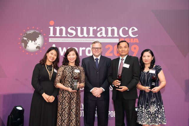 Đại diện Prudential VN, bà Nguyễn Thị Giang – Phó Tổng Giám đốc giao dịch bảo hiểm (thứ 2 từ trái sang) nhận giải thưởng tại Đêm trao giải Insurance Asia Award 2019