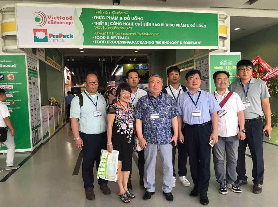Đại diện một số doanh nghiệp Hàn Quốc chụp hình lưu niệm cùng lãnh đạo Viện sinh học tinh ChunCheon