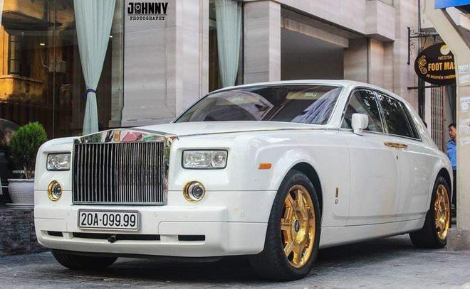 Cận cảnh chiếc Rolls-Royce Phantom mạ vàng đang được rao bán.