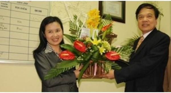 Lãnh đạo Đại học Thái Nguyên chúc mừng giáo sư Nguyễn Thị Thanh Nhàn. (Ảnh: Đại học Thái Nguyên)