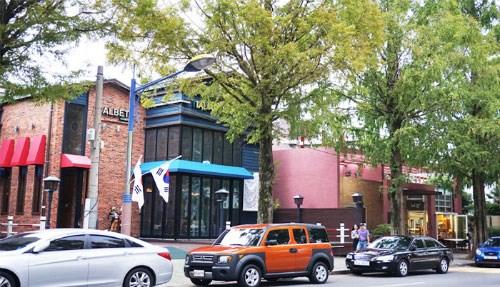 Hai bên đường rợp bóng những cây gõ đỏ và các cửa hàng ấn tượng. Nguồn: English.visitkorea