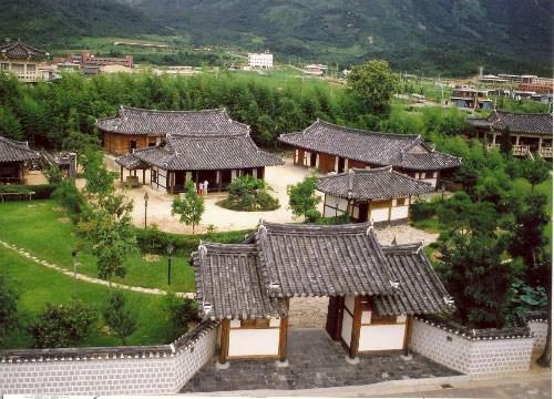 Những căn nhà mái lợp theo phong cách truyền thống tại Hàn Quốc. Nguồn: Wordress