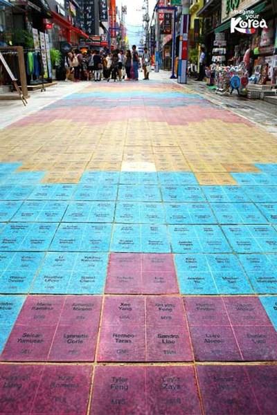 """Changwon (Hàn Quốc) là một điểm đến hấp dẫn dành cho những du khách say mê nghệ thuật. Bạn có thể khám phá các điểm dưới đây khi đặt chân đến thành phố này.  Sang Sang Gil  Sang Sang Gil còn biết đến với cái tên """"con đường tưởng tượng"""". Đây là nơi duy nhất trên thế giới ghi tên của cả các du khách thông thường."""