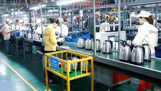 Hoạt động sản xuất và lắp ráp ấm siêu tốc tại nhà máy Sunhouse Việt Nam.