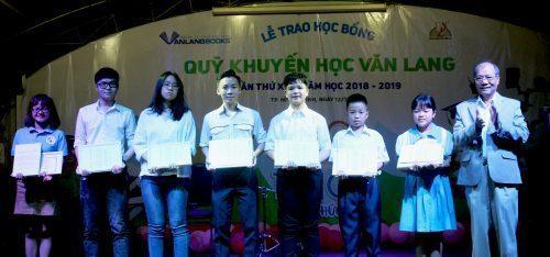 Ông Vũ Đình Hòa, Giám đốc Công ty CP Văn Hóa Văn Lang, trao học bổng cho học sinh vượt khó học giỏi