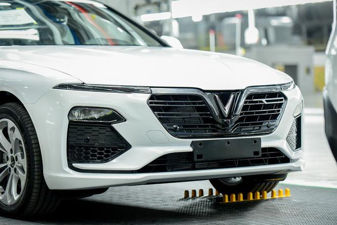 Chiếc Sedan đã được giới thiệu một cách rất tình cờ, thay vì có buổi ra mắt hoành tráng như người anh em SUV.
