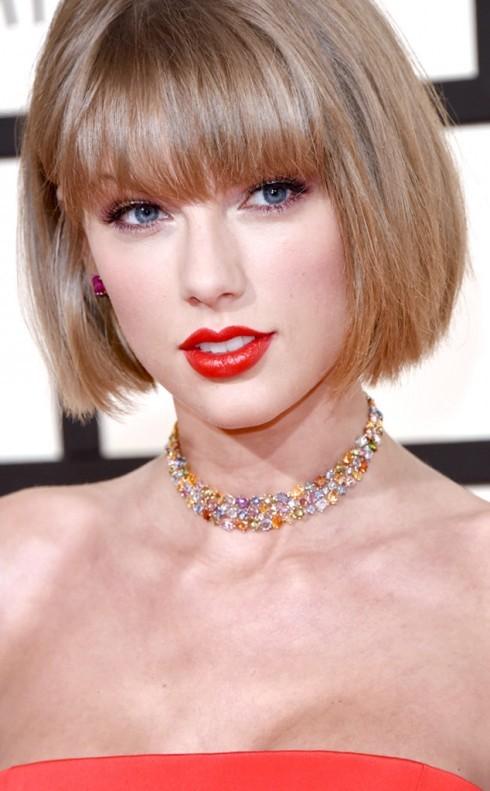 Taylor Swift xinh đẹp và sang trọng với chiếc vòng cổ choker thời thượng.